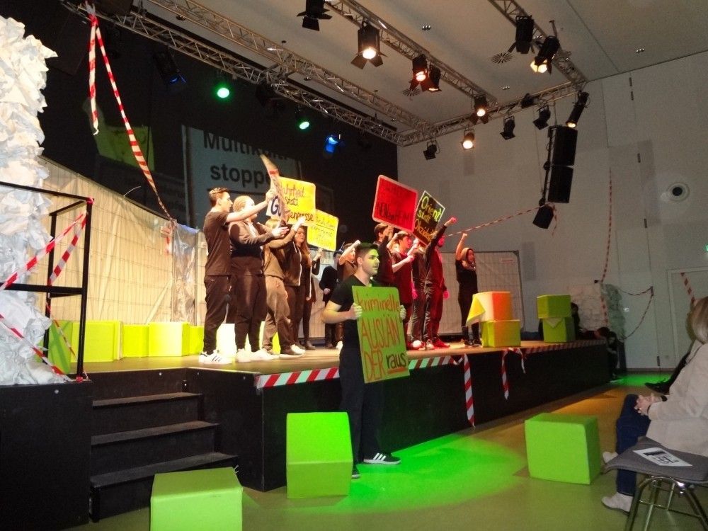"""Theaterstück """"Krieg - Wohin würdest du fliehen?"""" - Aufführung von Schülern aus dem Helmut-Schmidt-Gymnasium"""